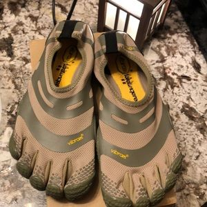 Vibram sz 9 five finger shoes